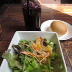 ドマーニ - 2014.04.26パスタのセットのサラダとパン、ドリンクから赤葡萄ジュース