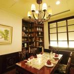 """状元樓 - 蘭:コンセプトは""""スタディールーム""""。1930年代のフランス新氏が愛用した書斎をイメージした個室は、調度品や骨董品をバックに記念撮影などもオススメです。5名様までご利用可能です。"""