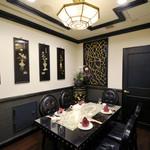 """状元樓 - 牡丹:コンセプトは""""アンティーク""""。ブラックとゴールドを基調としたシックで趣のある空間は、5名様までご利用可能です。"""