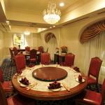"""状元樓 - 茉莉 白木蓮:コンセプトは""""メインダイニング""""。フランス租界時代のアールデコ調家具にクリスタルシャンデリアが輝くダイニングでは、円卓を囲んでお食事が楽しめます。通常10名様まで、隣接ルームとのパーテーションを外せば、22名様までご利用可能です。"""