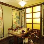 """状元樓 - 水仙:コンセプトは""""ナチュラルチャイナ""""。花・鳥・蝶が描かれた美しい絵画や自然な風合いの家具など、ゆったりとくつろげる個室でお食事が楽しめます。4名様までご利用可能です。(禁煙)"""