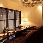 状元樓 - カップルシートは、重厚感のある大きなソファーに横並びでお座りいただけます。