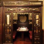 状元樓 - 1F奥の伝統的な中国式ベッドをモチーフにした席はデートや接待に人気です。