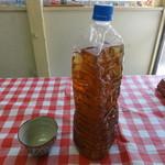 住吉食堂 - 冷たいお茶のペットボトルはベコベコです。ある意味、現代アートでもある。