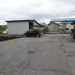 桂食堂 - 店舗横の駐車スペース