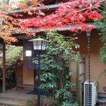 青山亭 - お店の玄関先 - 晩秋の午後