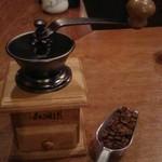 27344887 - ドラマと同じように、ひとりひとりコーヒーミルで豆を挽きます。                       至福の時…
