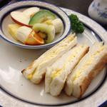 カロライナ - Bセット(卵サンドと生フルーツ)810円