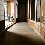 御料理 みつ乃家 - 昔の家の縁は、板の方向が今とは逆です。
