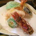 27355016 - 天ぷら盛りあわせ(小):730円、海老が2匹に季節の野菜が美味