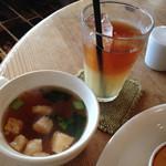 ロティサリー・カフェダイニング マハナ - アイスグレープフルーツティー、スープ