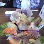 27358425 - 3Dメガ盛りの得々おまかせ海鮮丼 1620円(税込)2014/4 海老まさに海老反りして動いていますΣ( ̄□ ̄;
