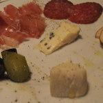 煖 - 生ハム、サラミ、スモークチーズ、ピクルス、ブルーチーズ