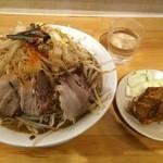 27364571 - にぼ三朗(野菜マシマシ)、唐揚げ1つ