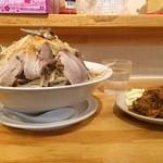 27364577 - にぼ三朗(野菜マシマシ)、唐揚げ1つ(正面から)