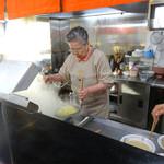 福龍軒 - おばちゃんが麺揚げ
