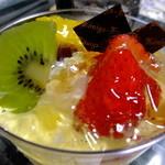 ケーニヒス クローネ - フルーツ いちごパフェ:420円