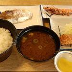 まるは食堂旅館 - 海老フライ、塩焼き、鯛の焼き魚にご飯とみそ汁!