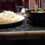 27369101 - トマトスープ、トロトロ角煮カレーになすとほうれん草をトッピング、1辛、ライス大盛り(正面から)