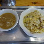 中華そば まるき - 炒飯にはラーメンの出汁をベースにした、濁ったスープが付きます。