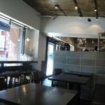 ザ シティ ベーカリー - 店内一番奥のイートイン席から入口方向を眺める