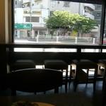 ザ シティ ベーカリー - 店内一番奥のイートイン席から正面を眺める