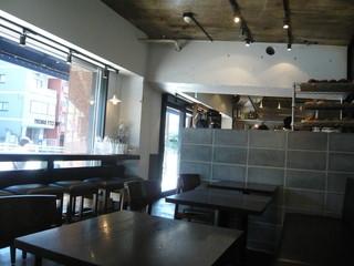 ザ シティ ベーカリー 広尾店 - 店内一番奥のイートイン席から入口方向を眺める