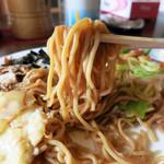 豊浦やきそば専門店 - 特徴的な茶色い太めの角麺