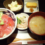 石塀小路 豆ちゃ - 鮪アボカド丼1,080円。