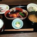 Nuku - 和定食(1100円)カレイの煮つけ、刺身、煮浸し、香のものが並ぶ♪