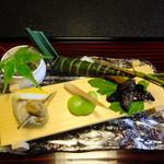 27392579 - 八寸(ばい貝,そら豆,どじょうの蒲焼き,楓の青葉に隠れた小鉢,粽寿司など)