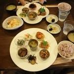 豆豆菜菜 - 手前は8品の菜菜プレート,奥は5品の豆豆ランチ。いずれも健康的に美味しい惣菜をたくさん堪能できました。