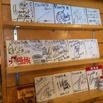 ピカンティ - サインがきれいに並んでいます!