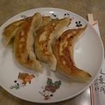 蓬莱閣 - 大き目の餃子はひと皿4つ。