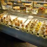 27413545 - 店内(入ったところのショーケース ケーキを選びます)