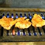 ホルモン焼肉 肉の大山 - 2014.5 ガスロースターで焼きます(焼いているのは極ホルモン)