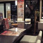 嶺屋一芳堂本舗 - こちらカウンター席とかテーブル席です