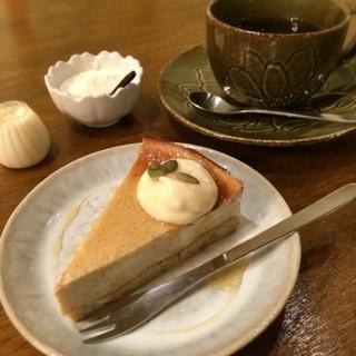 風味花伝 - オーガニックコーヒーには甜菜糖と豆乳が。「豆腐ベイクドケーキ( 300円)」を追加して、食後も優しさと穏やかさに包まれウットリ♪