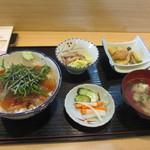 かどや - 料理写真:暫く待つと鯛茶漬けセットが運ばれてきました、一日20食限定で鯛茶漬けに小鉢が2つと汁椀のセットで1000円です。