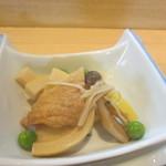 かどや - 小鉢の一個目は旬のタケノコを使った小鉢、上品な薄味に仕上がってます。