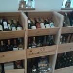 さるうて イタリアリストランテ - ワインが豊富に勢揃い! ワインの木箱を利用した自作の棚です