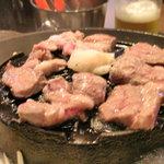 もんごろーや - 意外に厚切りの肉