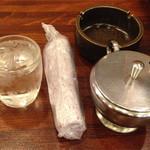 三輪 - お冷のグラスは小さく、少なくなると、お姉さま達がすぐ注ぎに来てくれます。                             いつでも冷たいお冷を飲むことができるのがいいですね。
