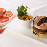 ブラッセリー 「チェッカーズ」 - フルーツトマトと大和黒鶏のハンバーガー