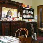サロンド・カフェ・マンナ - 重厚な雰囲気のアンティーク家具