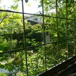 サロンド・カフェ・マンナ - 窓から眺めるイングリッシュガーデン