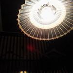 アスヘノトビラ - 個室内の天井のライトも京風です。