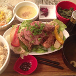 スマイル キッチン - サラダ仕立ての唐揚げ梅おろし定食 928円