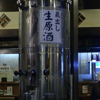 創業330年の酒蔵山本本家の直営店、蔵出し原酒、しぼりたて「たれ口」(冬季)等ここだけの限定酒有り