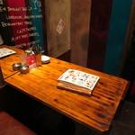 GABUCHIKIワイン倶楽部 - 奥のオシャレなテーブル席